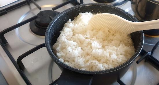 鍋でご飯を炊く